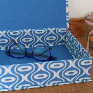 Brillenkasten blau weiß