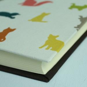 Kleines braun bunt gemustertes Fotoalbum Katzen