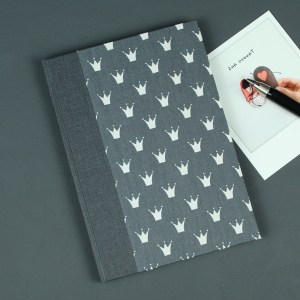 Anthrazit Babytagebuch bedruckt mit weißen Krönchen