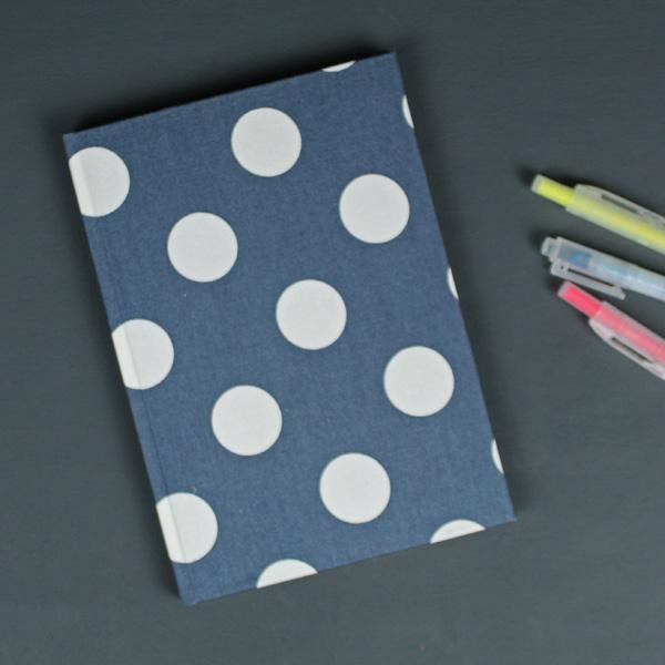 Adressbuch DIN A5 Blau mit cremefarbenen Polka Dots