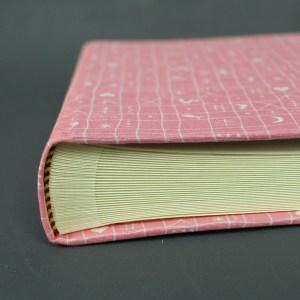 Kleines rosa weiß gemustertes Kinderfotoalbum