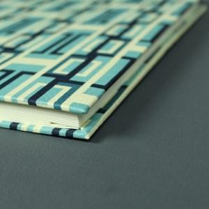 Blau grafisch gemusterter Buchkalender