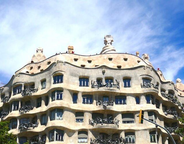 【バルセロナ】ガウディ建築をめぐる街歩きとグエル公園への無料入場方法