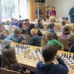 Kinder an Schachbrettern