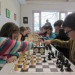 Kinder ziehen Schachfiguren