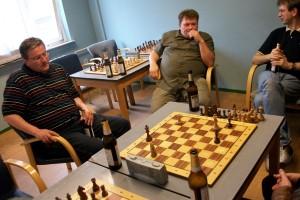 Friesener und TSGer nach ihrem Blitzkampf bei der Analyse eines Endspiels.