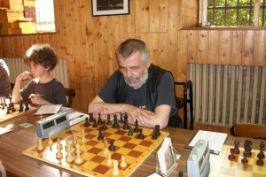 Auch Klaus Mühlhan hat gewisse Gehbeschwerden und bekommt wie Stefan ein festes Brett zugeordnet.