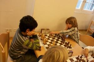 Arman hatte als Anziehender gerade auf b4 eine Figur erbeutet. Ob er bemerkte, dass sein Gegner gerade einen unmöglichen Zug spielen will?