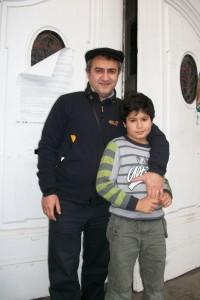 Papa und Sohn- Erleichterung nachdem Sieg in der 3. Runde; nun steht er mit Mina auf Augenhöhe!