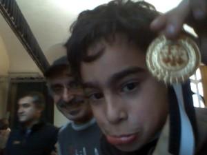 Can vor der Webcam, dahinter sein Vater.