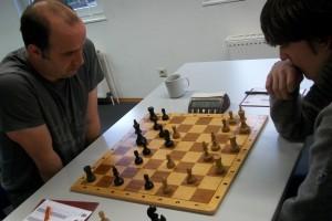 Peter Schnitzer gegen Felix Meissner. Soeben entkorkte der Hamburger den starken Zug c4-c5, wonach Peter ordentliche Schwierigkeiten zu bewältigen hatte.