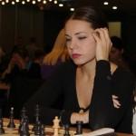 Das ist Miss Europapokal. Diese Dame hat nur zwei verschiedene Vokale im Namen und wir sind froh, dass unsere Seite nicht sprechen kann: Ljilja Drljevic
