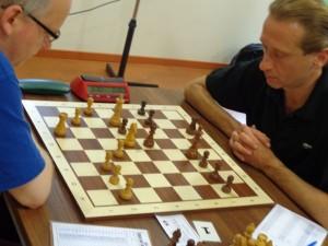 Schon in der ersten Runde dauerten die Partien länger und zwangen so die Titelträger die Entscheidung aufs Endspiel zu verlagern.