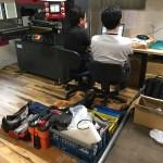 ジグソーパズル製造機のメンテナンスを実施中