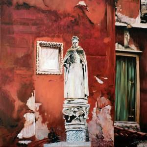 Statuer vor roter, gealterter Hauswand