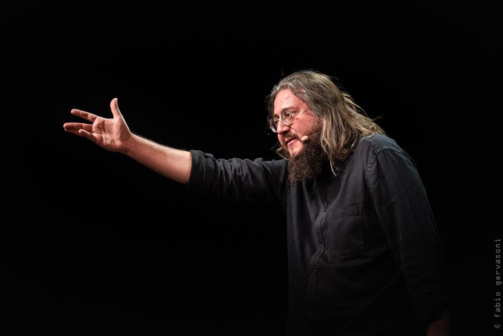 Roberto Mercadini durante un spettacolo teatrale.  Per le immagini si ringrazia l'Associazione Culturale Mikrà.
