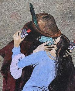 Il bacio di Hayez rivisitato post Coronavirus, con mascherina e amuchina tra le mani.