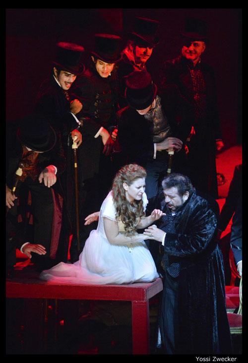 מערכה שנייה - ג'ילדה פוגשת את אביה לאחר שבילתה בארמון עם הדוכס - הילה בג'יו, קרלוס אלמגוור והמקהלה
