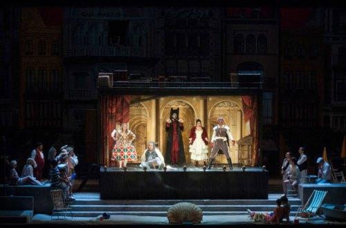 מראה כללי של הבמה - הרוזן מחופש לחייל - תמונה 2 מערכה I (צילום: Marcus Liberenz 2013 - מתוך הפקת האופרה הגרמנית בברלין)