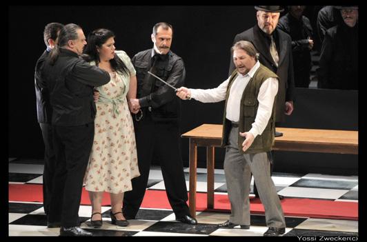 סצנת המאסר: רודולפו, לאורה, וורם, החיילים ומקהלת הכפריים - מערכה הראשונה, סצנה שלישית (צילום: יוסי צבקר)