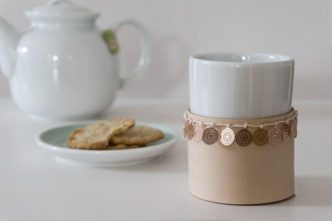 schereleimpapier DIY und Upcycling Blog aus Berlin - kreative Tutorials für Geschenke, Möbel und Deko zum Basteln -Basteln mit Leder: DIY Boho Leder-Manschette für Teebecherr