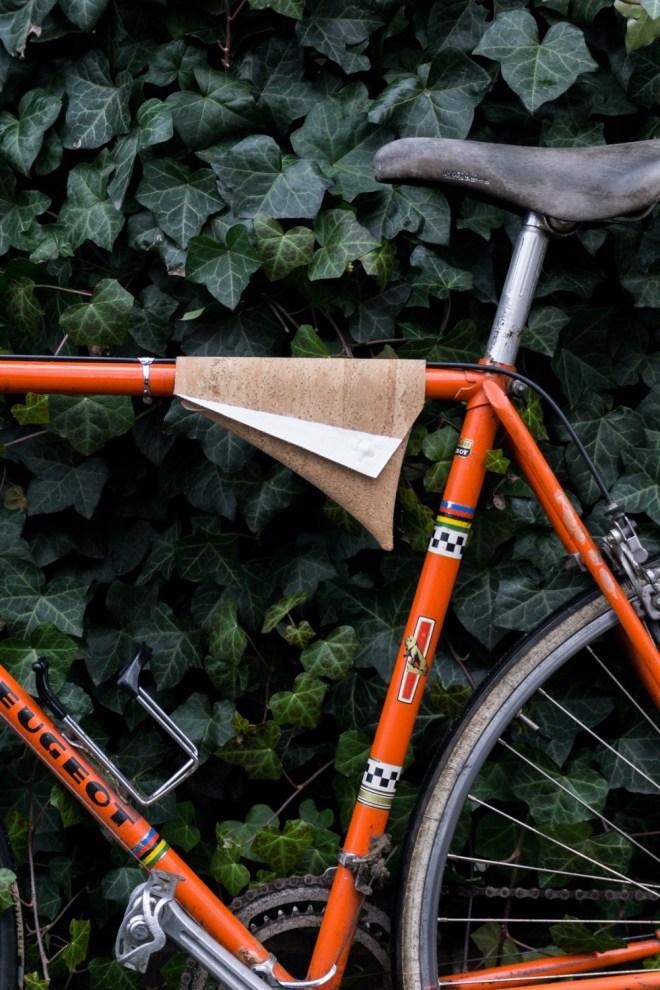 schereleimpapier DIY und Upcycling Berlin Vatertagsgeschenke selber machen Fahrradtasche aus Kork