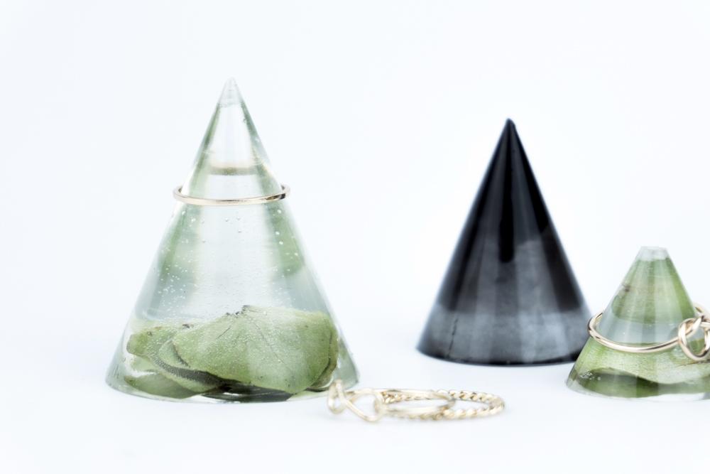 schereleimpapier DIY und Upcycling Blog aus Berlin - kreative Tutorials für Geschenke, Möbel und Deko zum Basteln - DIY Ringhalter aus Gießharz selber machen basteln