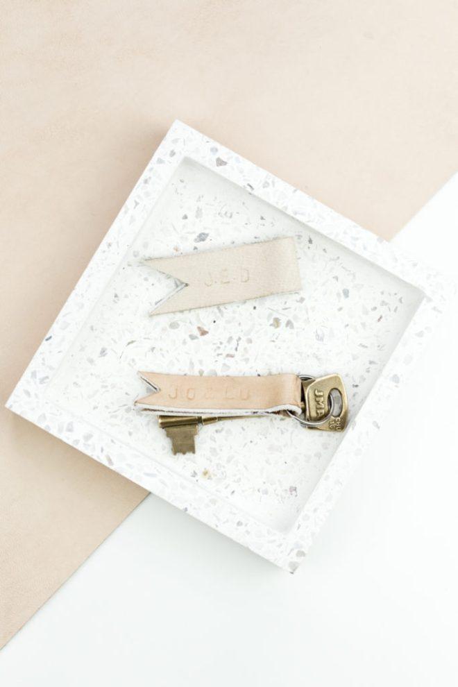 Leder Schlüsselanhänger selber machen- schereleimpapier DIY und Upcycling Blog aus Berlin - kreative Tutorials für Geschenke, Möbel und Deko zum Basteln