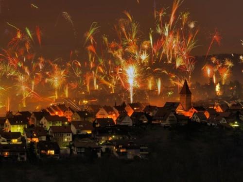 Silvesterfeuerwerk in Korb, Rems-Murr-Kreis (© Herbert Kehrer/Alamy)