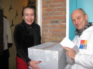 Fractievoorzitter Frans Hoogendijk van ONS.Vlaardingen (rechts in beeld) bij het uitdelen van kerstpakketten in 2014.