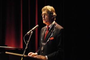 """Burgemeester Karssen, voorzitter van de SPM: """"Jildou heeft er hard aan getrokken, zeker in ons jubileumjaar. Maassluis is volop in beeld geweest en dat is zeker ook aan haar te danken."""""""