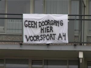 Het Vlaardingse college staat  achter de bewonersvertegenwoordiging.  Lange tijd hingen er spandoeken op de flats aan de Eksterlaan in Holy tegen de plannen van Schiedam.