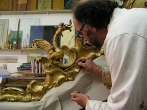Ewout Langenberg aan het werk. De restauratie van de vroedschapskast is mede mogelijk gemaakt door de gemeente  Vlaardingen.
