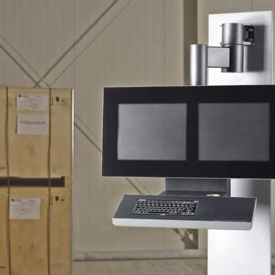 Neues Bediengehäusesystem - Bediengehäuse für Kunststoff-Fertigungsanlagen. Die Gesamtkonstruktion ist über zwei Achsen schwenkbar und bietet mit zwei parallelen Monitoren den vollen Überblick.