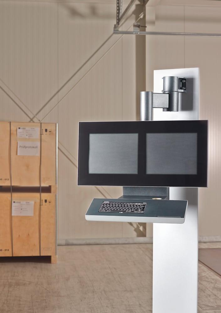 Bediengehäuse für Kunststoff-Fertigungsanlagen - Das Bediengehäuse für Kunststoff- und Fertigungsanlagen ist über zwei Achsen schwenkbar und bietet mit zwei parallelen Monitoren den vollen Überblick.