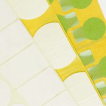 Mehrere Stanzetiketten in verschiedenen Größen und Farben