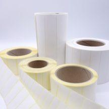 Fünf Etiketten auf Thermotransferdrucker auf Rolle in verschiedenen Größen und Breiten