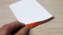 Etikett für Möbelindustrien wird von der Holzoberfläche an der Abziehhilfe abgezogen