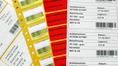 Mehrere EDV-Etiketten mit verschiedenen Informationshinweisen