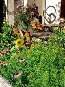 Gartenterrasse im Sommer