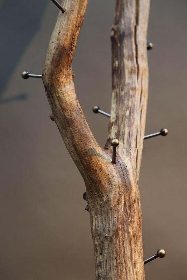 Baumstamm Garderobe aus Stahl und einem Ast