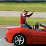 Chef setzt einen seiner Ferraris in den Sand