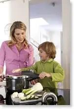 Mutter und Kind kochen mit dem Silit Sicomatic econtrol Schnellkochtopf