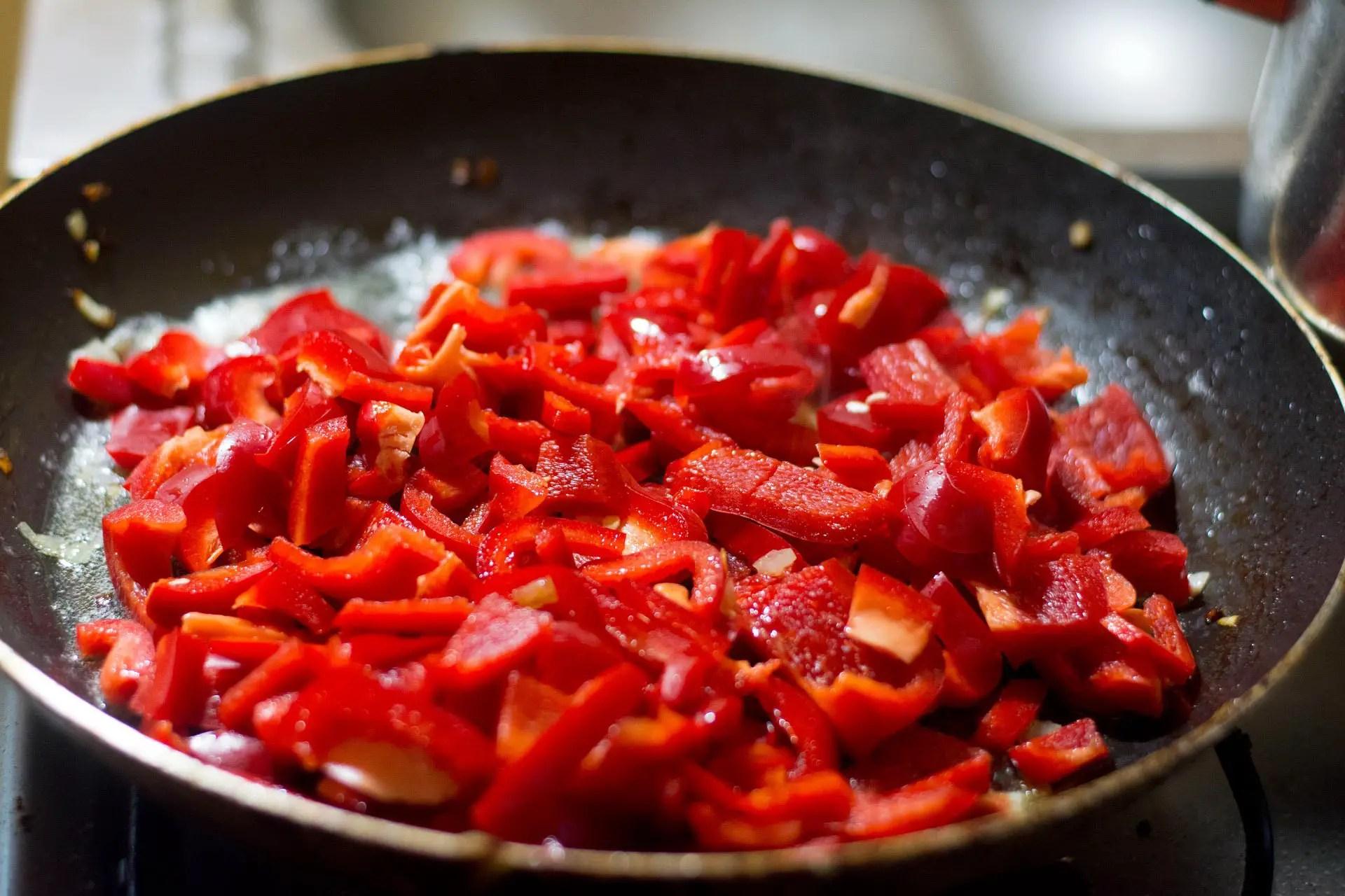 Vegetarisches Letscho – Paprikagemüse mit Tomate auf Reis