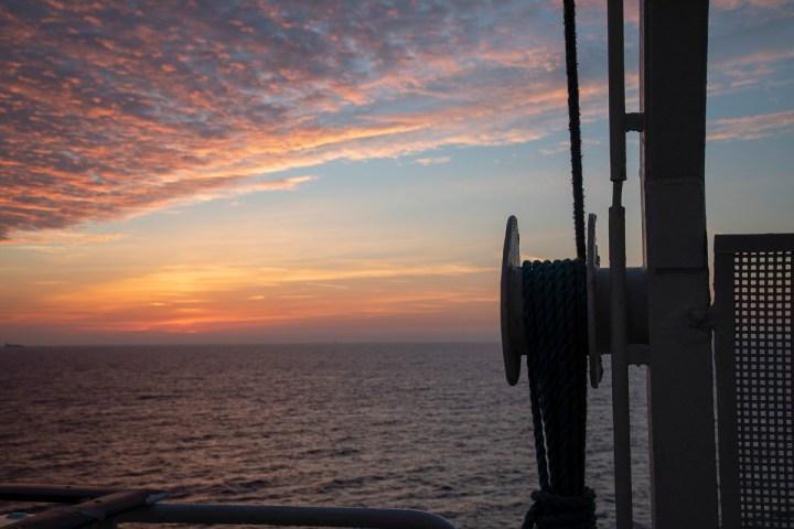 Noch ist die Sonne nicht zu sehen. Der Himmel über der Keltischen See kurz vor dem Sonnenaufgang.