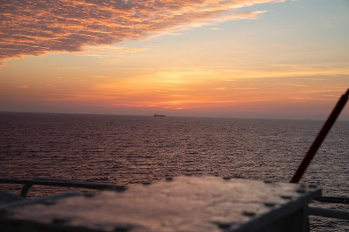 Frachter beim Sonneaufgang