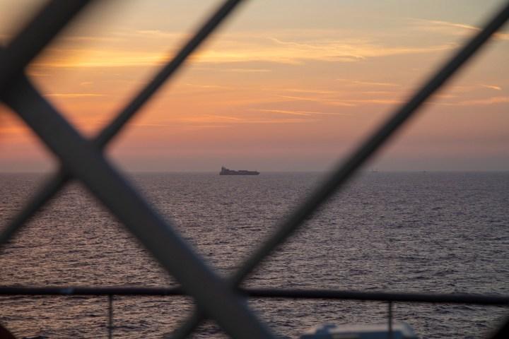 Gegenverkehr - Frachtschiff passiert uns auf Gegenkurs.