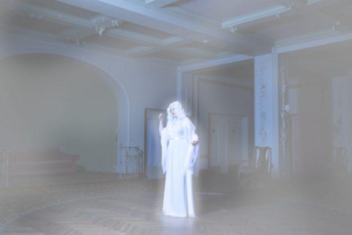 Adele alias Cory beim Geistershooting im Ballsaal des ehemaligen Grandhotels. Hier in Photoshop final bearbeitet.