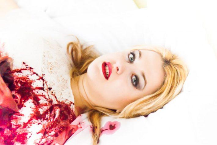 Adele nach dem Mord auf ihrem Zimmer. Der shot kostete Model Cory viel Überwindung