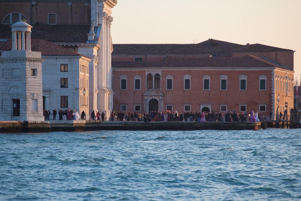 Venezianische Masken beim Sonnenuntergangsshooting auf San Giorgio in Venedig